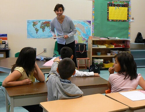 student teacher uses classroom management tips with elementary school students